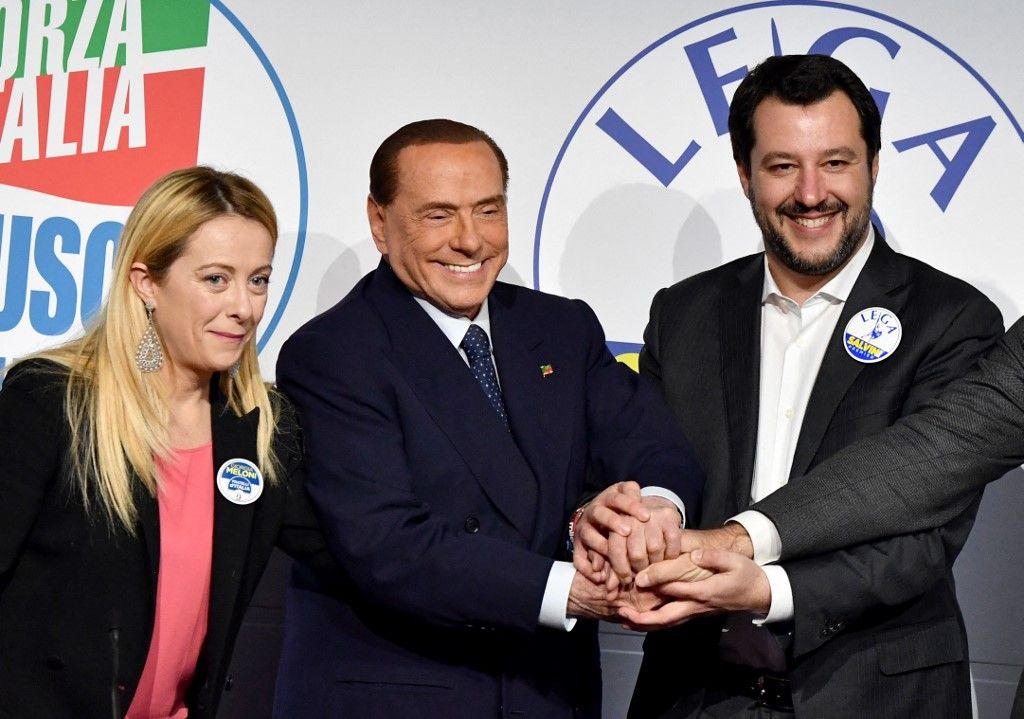 Giorgia Meloni, Silvio Berlusconi, chef du parti Forza Italia, et le leader de la Ligue du Nord, Matteo Salvini, posent à leur arrivée au Tempio di Adriano à Rome en mars 2018.