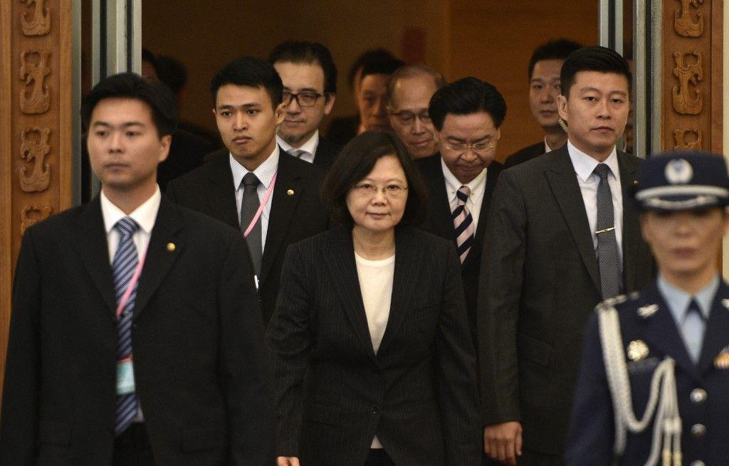 Cette photo, prise le 7 janvier 2017, montre la présidente taïwanaise Tsai Ing-wen escortée par des agents de sécurité avant de quitter l'aéroport de Taoyuan à Taïwan.