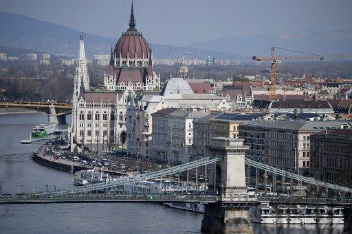 Vue du Danube et du Parlement hongrois, à Budapest.