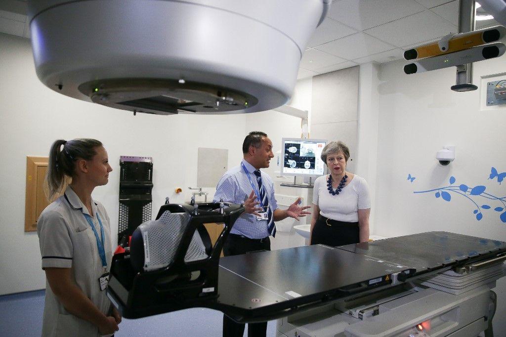 L'ancienne Premier Ministre britannique Theresa May visite des nouvelles installations de radiothérapie à Londres.