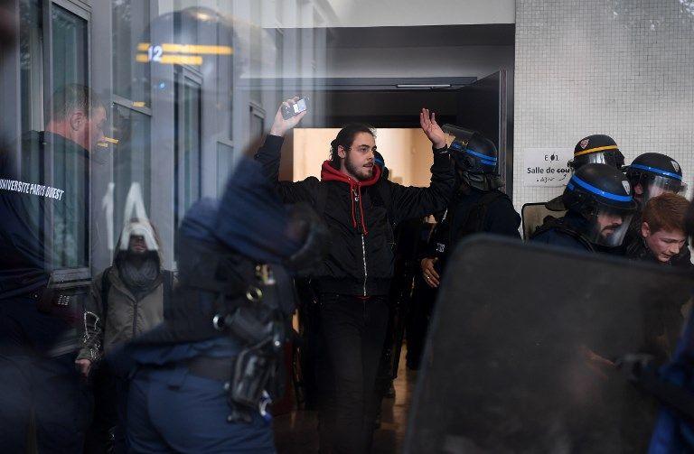 Loi Vidal : des étudiants investissent la fac de Nanterre, ils sont expulsés manu militari