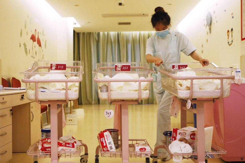 Cette photographie de mai 2018 montre une membre du personnel soignant qui s'occupe de nouveau-nés dans un centre médical à Shanghai.