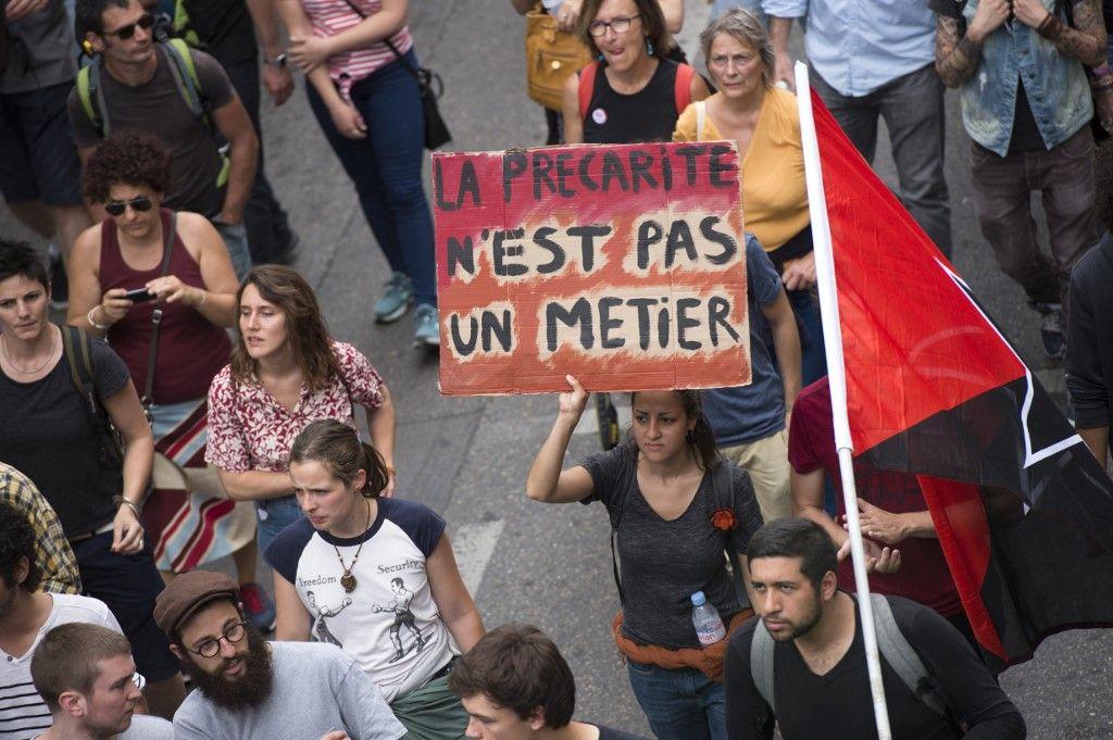 Une manifestante défile contre la précarité, en 2018 à Marseille.