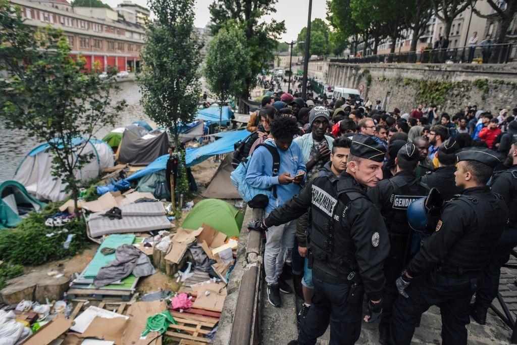 Mais pourquoi les migrants parlent-ils allemand dans les camps de réfugiés en France ?