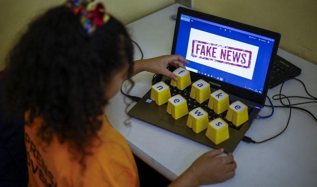 """Des étudiants des centres éducatifs unifiés assistent à une leçon sur les """"Fake News"""" à Sao Paulo, au Brésil, le 21 juin 2018."""