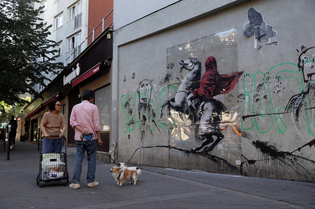 Une œuvre de l'artiste de rue Banksy à Paris, le 28 juin 2018.
