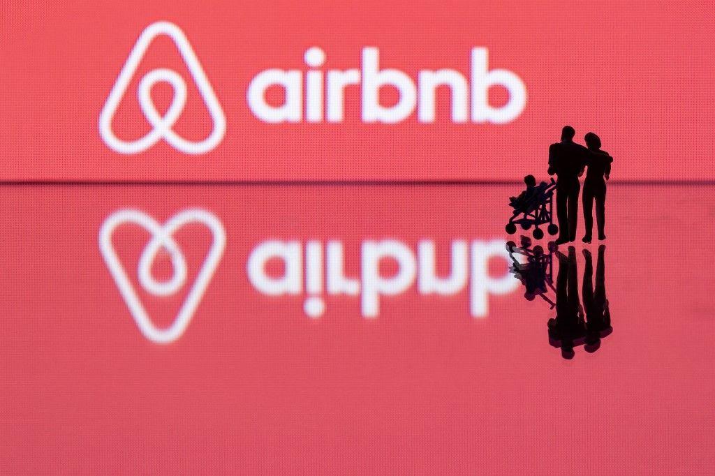 Cette photo d'illustration montre des figurines à côté du logo du site de location Airbnb.
