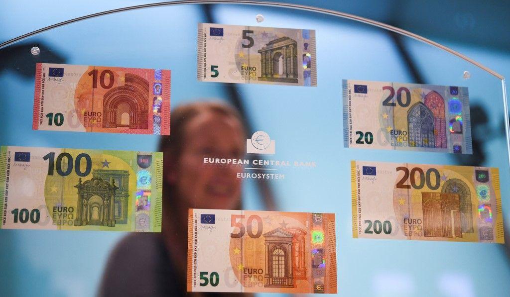 Des billets en euros et le logo de la Banque centrale européenne.