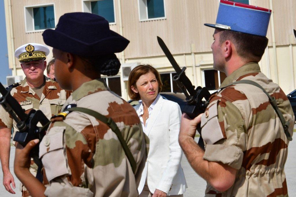 La ministre de la Défense, Florence Parly, passe en revue les troupes françaises lors d'une visite dans une base navale française aux Emirats Arabes Unis le 25 septembre 2018.