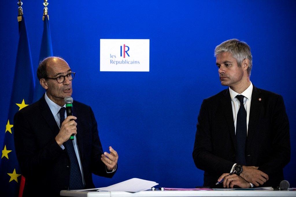 Laurent Wauquiez écoute Eric Woerth lors d'une conférence de presse tenue au siège du parti Les Républicains en octobre 2018.