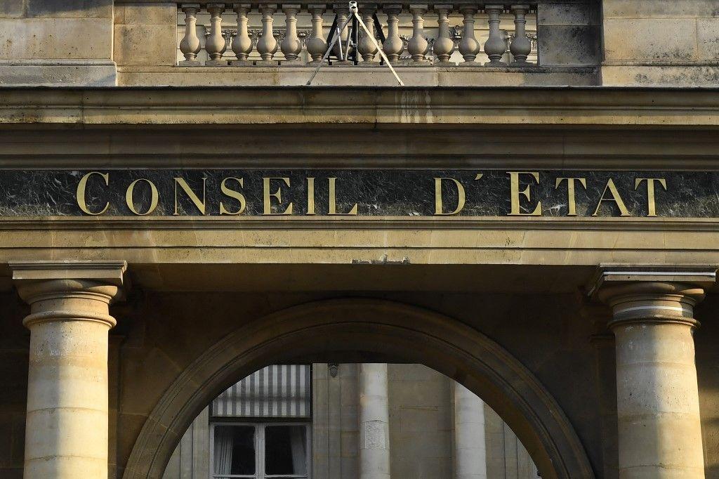 Une photo prise le 8 mars 2017 montre le logo du Conseil d'Etat lors d'une conférence de presse à Paris.