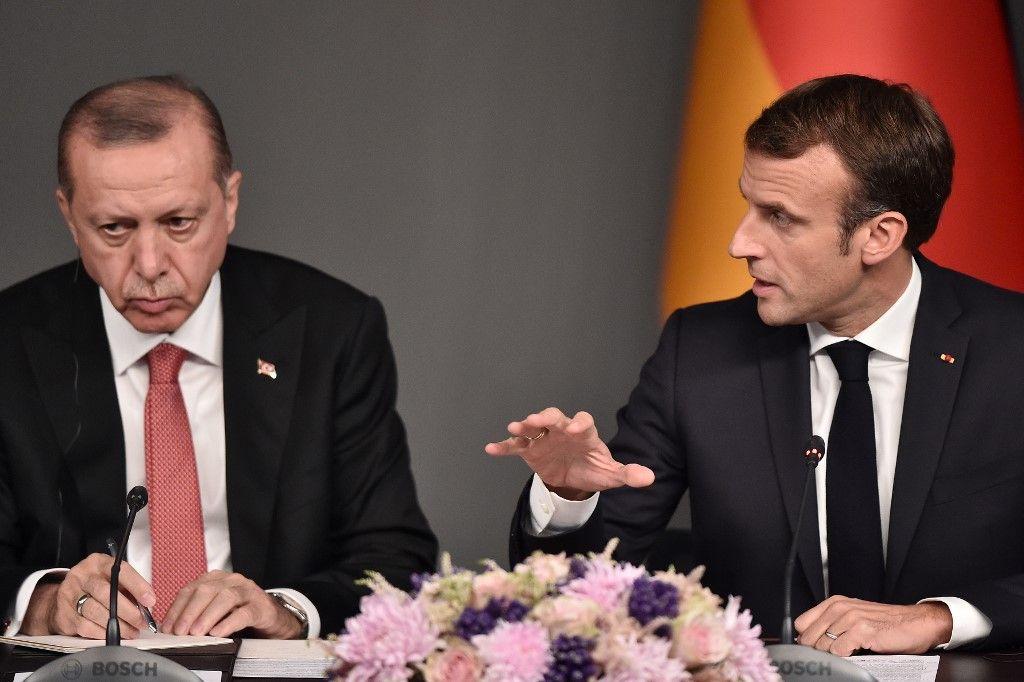 """Libye : Emmanuel Macron condamne la """"responsabilité historique et criminelle"""" de la Turquie"""