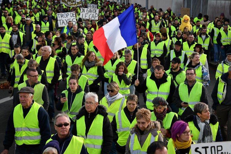 Des citoyens français participant à un rassemblement de Gilets jaunes.