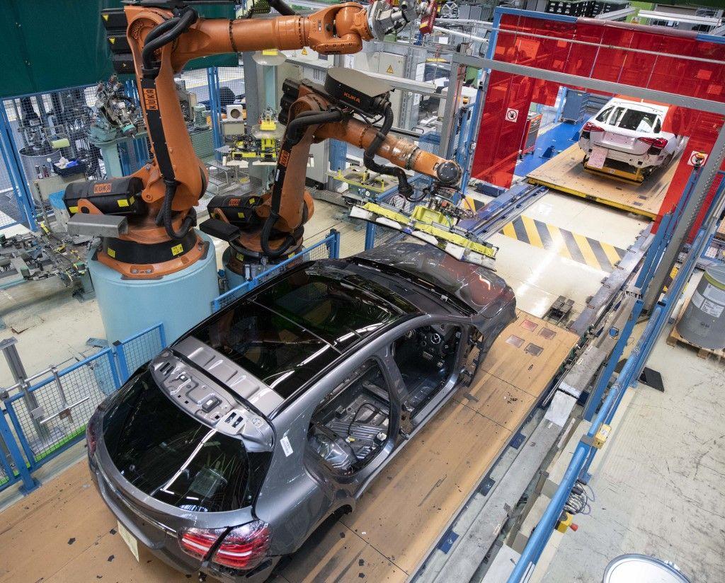 Un robot monte un pare-brise sur une Mercedes Benz Classe A sur la chaîne de montage de l'usine Daimler AG à Rastatt, dans le sud-ouest de l'Allemagne, le 4 février 2019.