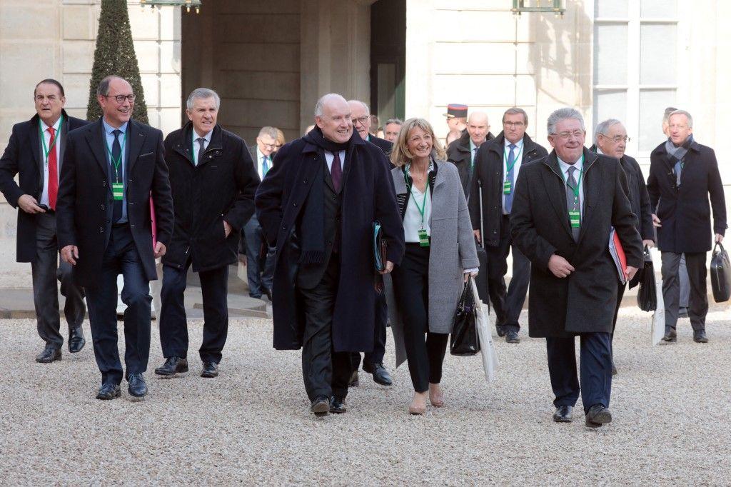 Le président de l'Assemblée des départements de France, Dominique Bussereau, et d'autres membres de l'assemblée arrivent pour un déjeuner de travail avec le président à l'Elysée, le 21 février 2019.