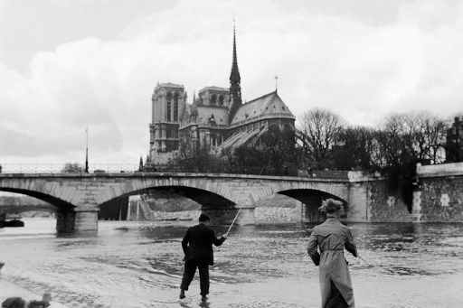 Des Parisiens pêchent devant Notre-Dame, le 23 mars 1947.