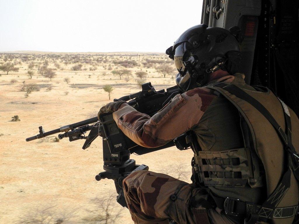 Un soldat en patrouille dans le cadre de l'opération Barkhane.