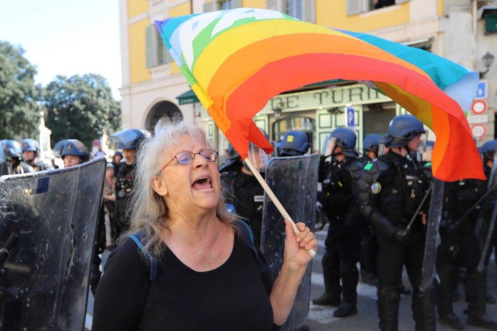 Affaire Geneviève Legay : suspension à Nice d'un policier soupçonné d'avoir renseigné Mediapart