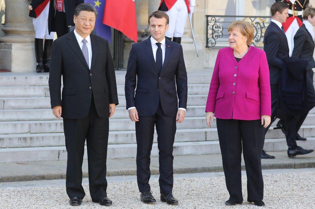 Le président fEmmanuel Macron pose à côté de la chancelière allemande Angela Merkel et du président chinois Xi Jinping après leur rencontre à l'Elysée à Paris, le 26 mars 2019.