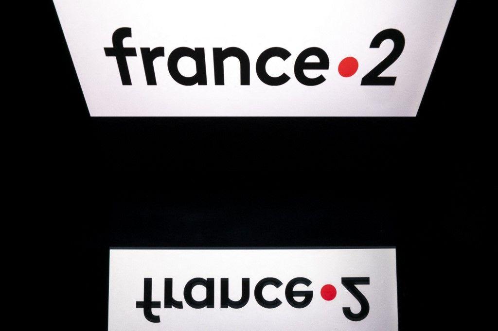 """Une photo d'illustration prise le 26 mars 2019 montre le logo de la chaîne de télévision publique française """"France 2"""", chaîne du groupe """"France Télévisions"""", affiché sur un écran de tablette."""