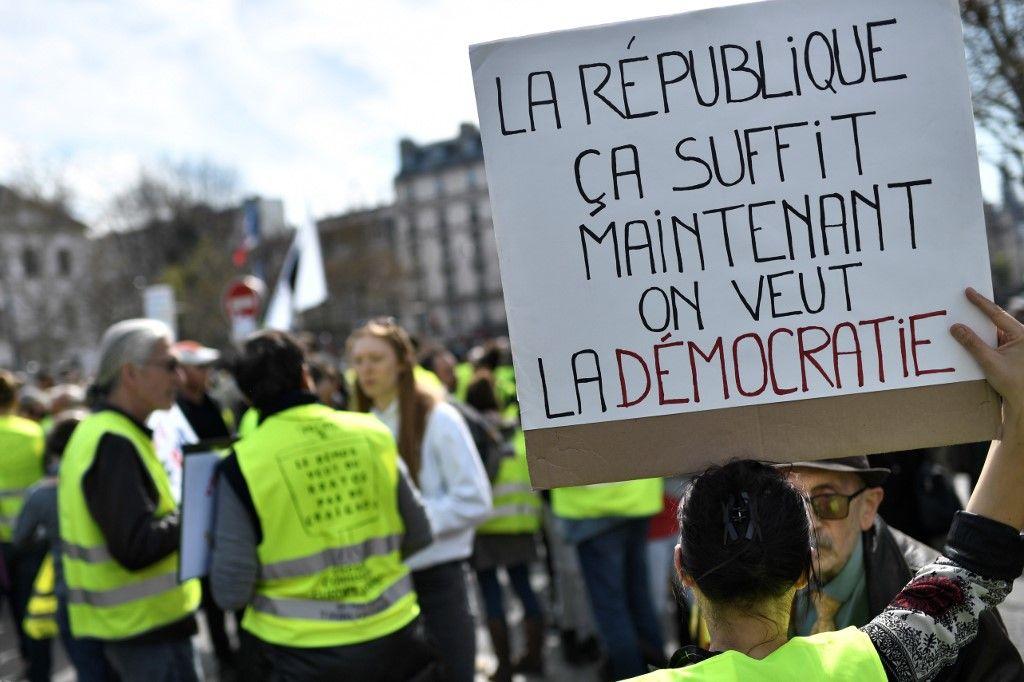 Gilets jaunes démocratie République
