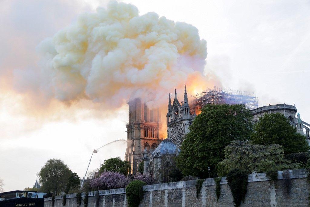 La stratégie déployée par les soldats du feu pour contenir le brasier de Notre-Dame de Paris