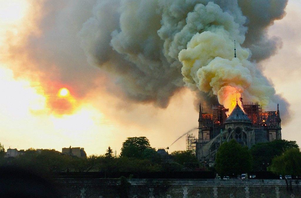 Et les églises qui brûlent en France, c'est aussi de la faute de Bolsonaro ?