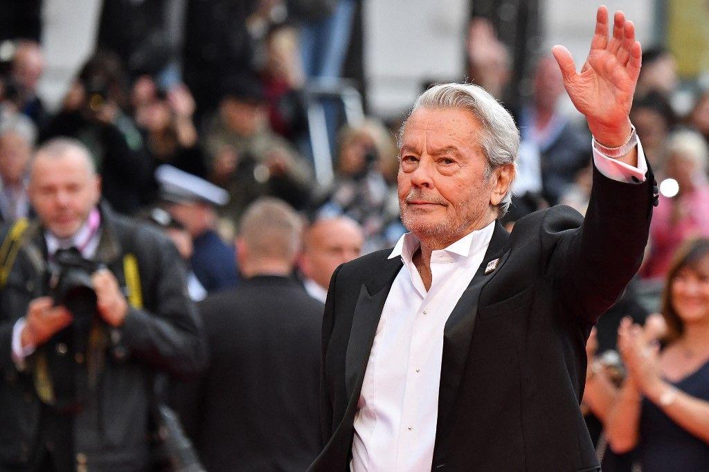 L'acteur français Alain Delon arrive pour recevoir une Palme d'or d'honneur lors de la 72e édition du Festival de Cannes, le 19 mai 2019.