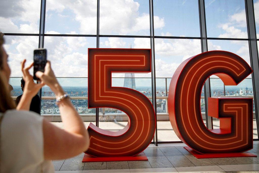 Le logo 5G est représenté lors du lancement du réseau de données mobiles 5G de Vodafone à Londres le 3 juillet 2019.