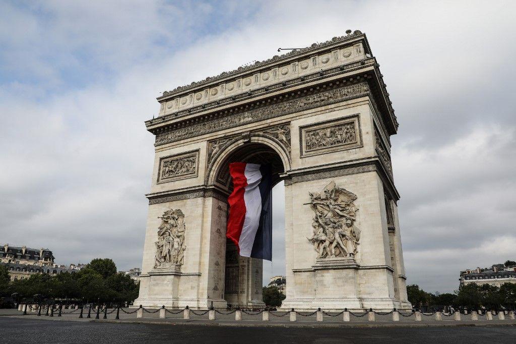 Une vue de l'Arc de Triomphe et du drapeau français.
