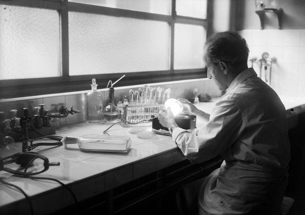Un chercheur médical teste la pénicilline dans un laboratoire en février 1945 à Paris.