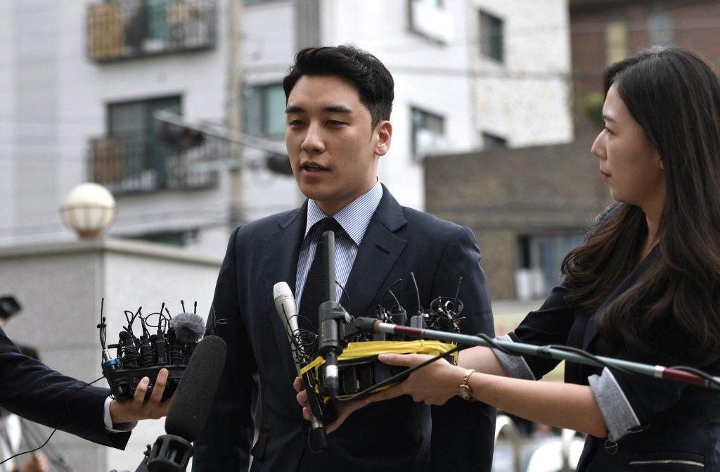 L'ancien membre du boys band BIGBANG, Seungri, de son vrai nom Lee Seung-hyun, s'adresse aux médias alors qu'il arrive pour un interrogatoire de police à Séoul, le 28 août 2019.