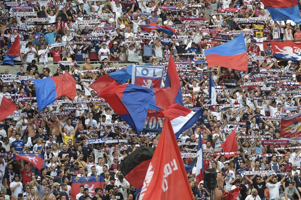 """Football : des supporters narguent les autorités avec une banderole demandant """"Tu parleras d'homophobie au Qatar en 2022 ?"""""""