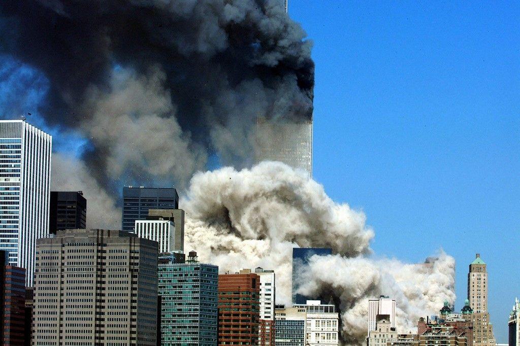Une photo prise le 11 septembre 2001, de la fumée s'échappe après l'effondrement de la première des deux tours du World Trade Center à New York.