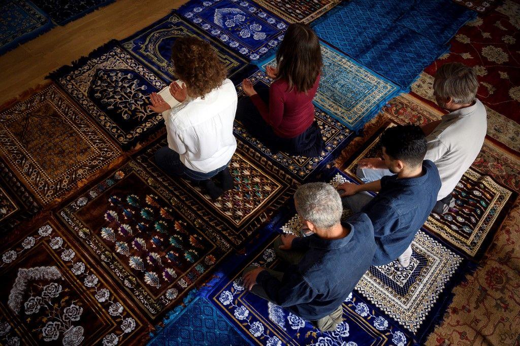 Paris : Deux femmes dirigent une prière mixte dans une mosquée