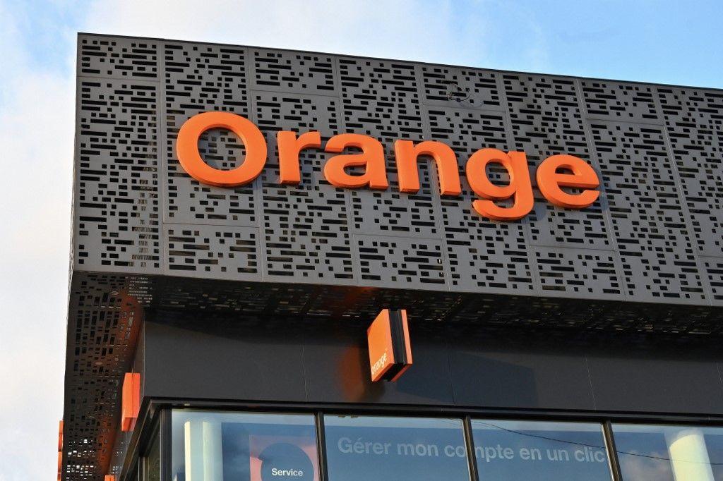Une photo prise le 30 novembre 2019 montre le logo de la société française de télécommunications Orange sur la façade d'un magasin à Abidjan.
