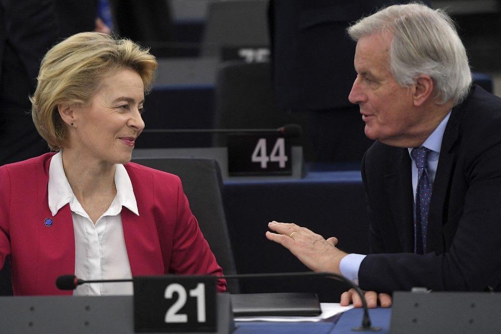 La présidente de la Commission européenne, Ursula von der Leyen, s'entretient avec le négociateur en chef de l'UE pour le Brexit, Michel Barnier, au Parlement européen, le 18 décembre 2019.