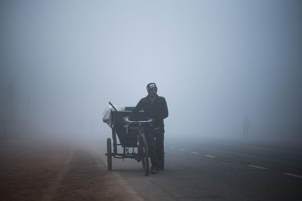 Un homme se déplace dans un épais brouillard à New Delhi, en décembre 2019.