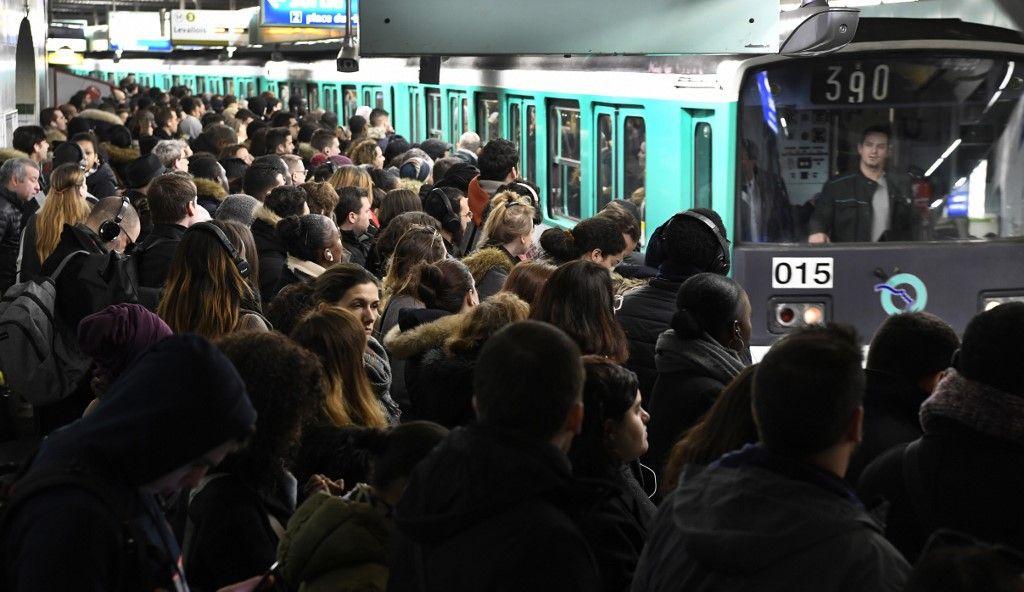 Peut-on attraper le coronavirus en touchant la barre du métro ou tout autre objet infecté par un porteur ?