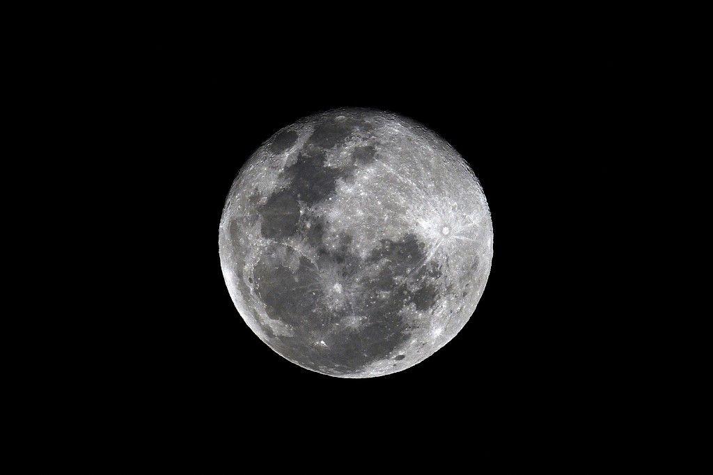 La pleine lune est photographiée dans le ciel de Colombo, au Sri Lanka, le 11 janvier 2020.
