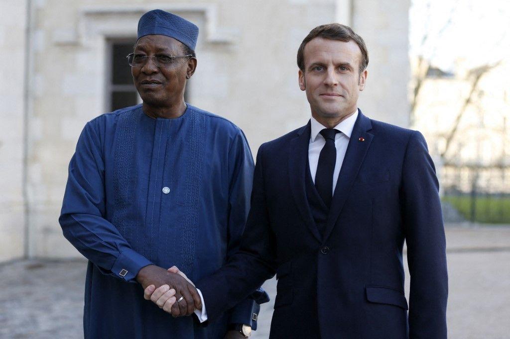 Le président français, Emmanuel Macron, accueillait le président tchadien, Idriss Deby, lors d'un sommet sur la situation dans la région du Sahel dans la ville de Pau, en janvier 2020.
