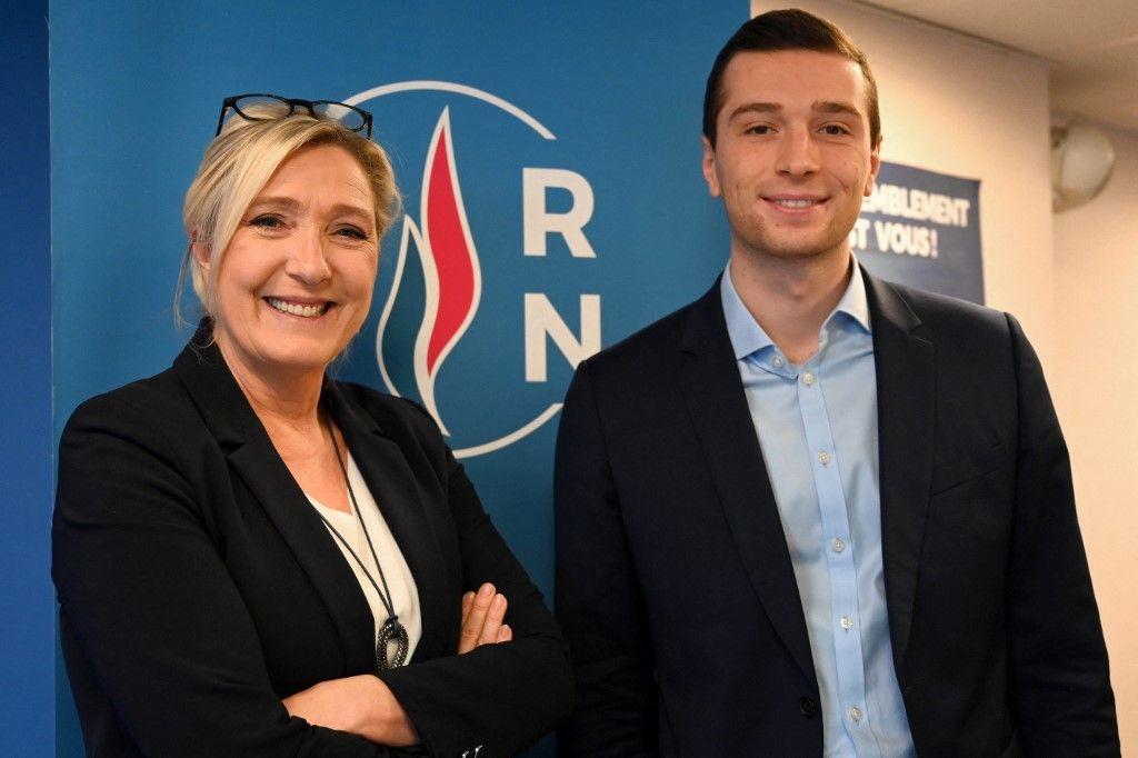 La présidente du Rassemblement national Marine Le Pen pose avec Jordan Bardella après ses vœux de nouvel an lors d'une conférence de presse du 16 janvier 2020 au siège du parti à Nanterre.