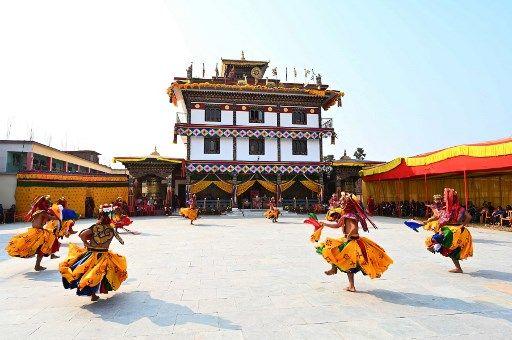 Des lamas effectuent une danse traditionnelle bouddhique, en janvier 2021.