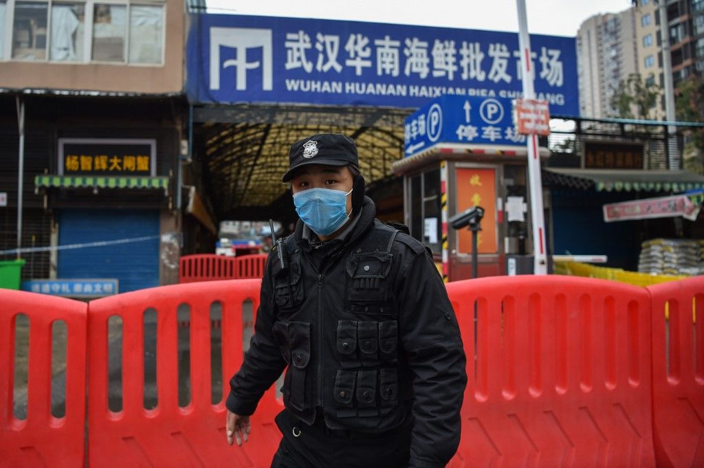 Un policier en faction devant l'entrée du marché de Wuhan le 20 janvier 2021, l'un des sites où les premières contaminations liées au Sars-Cov-2, à la Covid-19, ont été répertoriées.