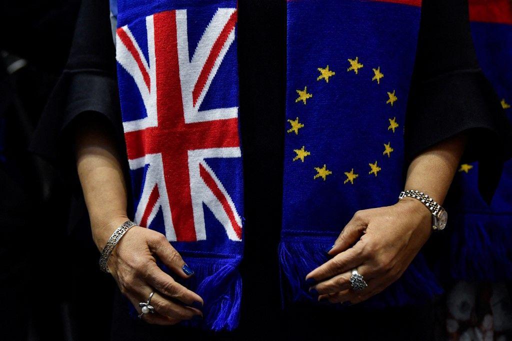Des membres britanniques du Parlement européen posent pour une photo de groupe avec des écharpes aux couleurs de l'Union européenne et du Royaume-Uni le 29 janvier 2020.