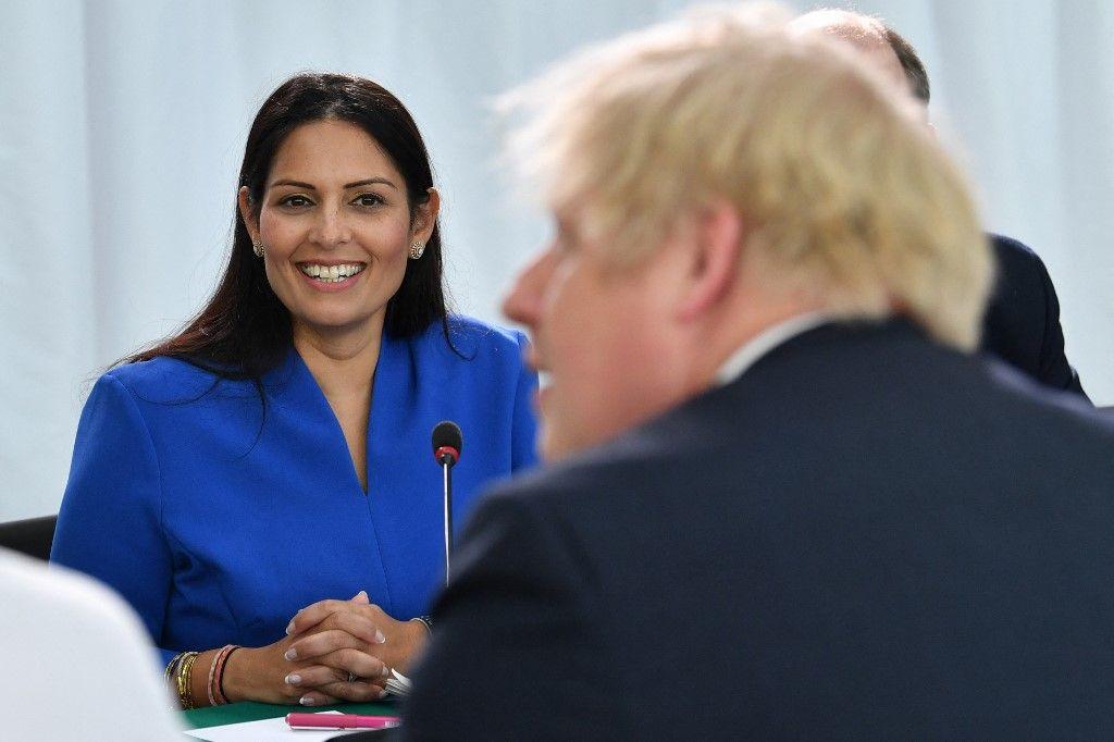 La Secrétaire d'Etat britannique à l'Intérieur Priti Patel participe avec le Premier ministre britannique Boris Johnson à une réunion du cabinet à Sunderland, le 31 janvier 2020, le jour où le Royaume-Uni quitte officiellement l'Union européenne.