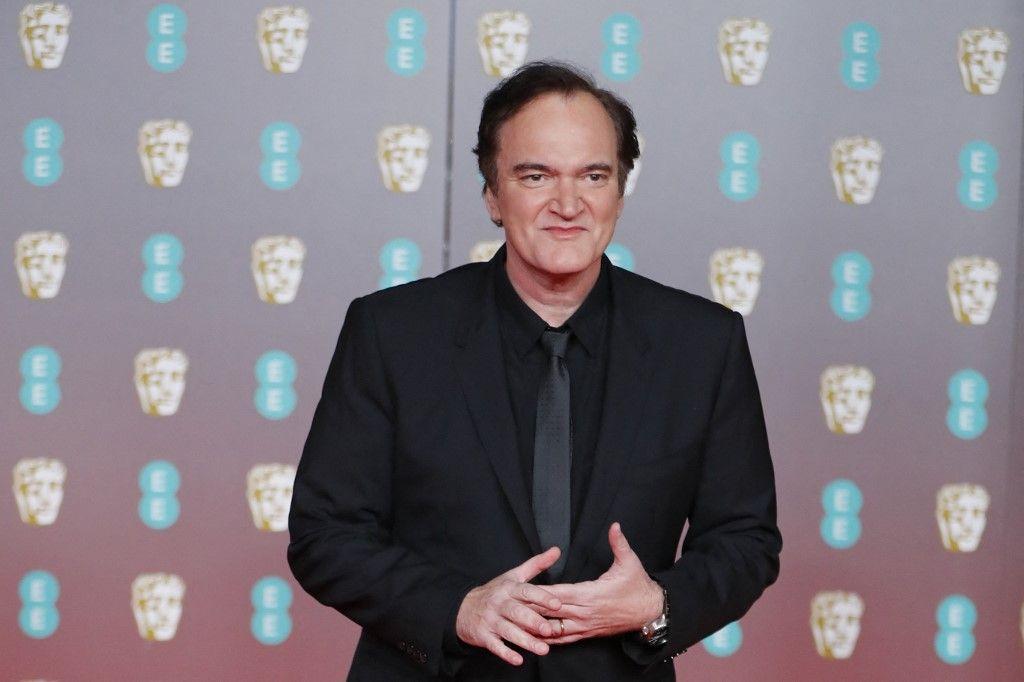 Le cinéaste américain Quentin Tarantino pose sur le tapis rouge à son arrivée aux BAFTA au Royal Albert Hall de Londres le 2 février 2020.