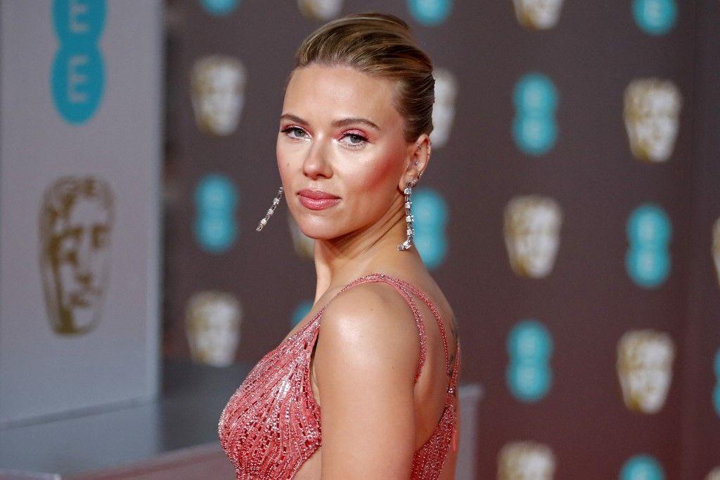 L'actrice américaine Scarlett Johansson pose sur le tapis rouge à son arrivée aux BAFTA British Academy Film Awards au Royal Albert Hall de Londres, le 2 février 2020.