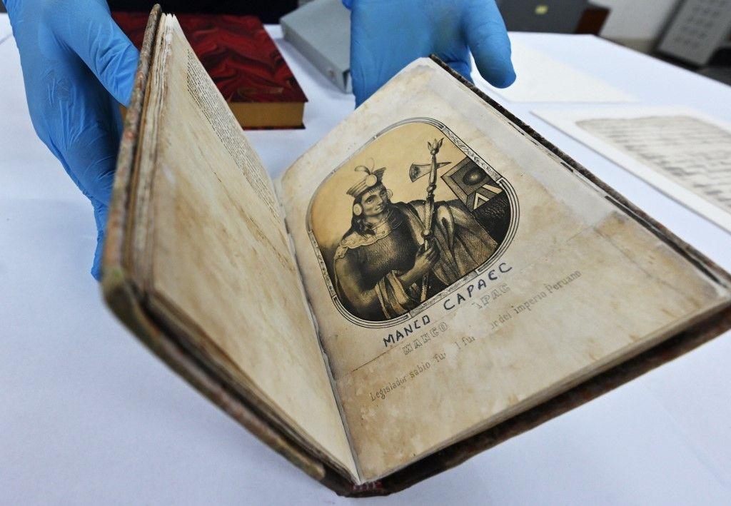 """Un exemplaire rare de """"Souvenirs de la monarchie péruvienne ou aperçu de l'histoire des Incas"""", daté de 1980 à partir d'un manuscrit original écrit dans les années 1830 par Justo Apu Sahuaraura Inca (1775-1853 ), à Lima."""