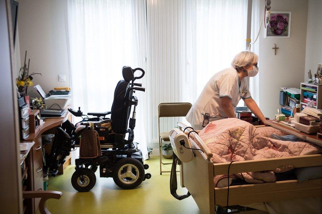 Nombre de morts, manque de moyens, soupçons d'euthanasie : ce qui se passe vraiment dans les Ehpad ?